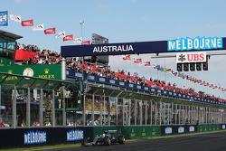 Yarış Galibi Lewis Hamilton, Mercedes AMG F1 W06, yarış sonunda damalı bayrağı görüyor