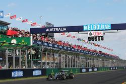 İkinci Nico Rosberg, Mercedes AMG F1 W06, yarış sonunda damalı bayrağı görüyor