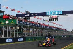 Daniel Ricciardo, Red Bull Racing RB11 passe sous le drapeau à damiers