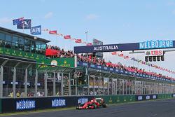 Üçüncü Sebastian Vettel, Ferrari SF15-T, yarış sonunda damalı bayrağı görüyor