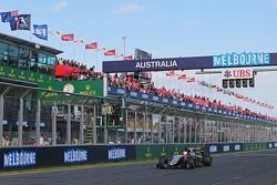 Nico Hulkenberg, Sahara Force India F1 VJM08 yarış sonunda damalı bayrağı görüyor