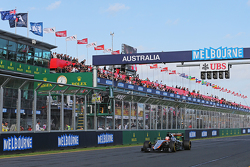 Nico Hulkenberg, Sahara Force India F1 VJM08 passe sous le drapeau à damiers