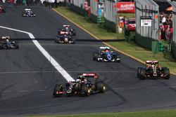 Romain Grosjean formasyon turunda takım arkadaşı Pastor Maldonado'nun önünde