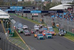 Start: Mark Winterbottom, Prodrive Racing Australia, Ford, vor Marcos Ambrose, mit Unfall