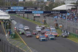 Start: Mark Winterbottom, Prodrive Racing Australia Ford leads as Marcos Ambrose crashes