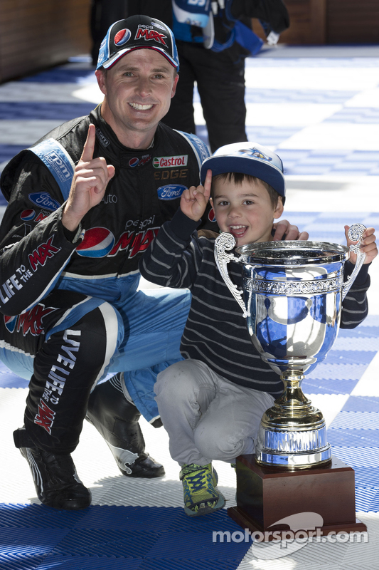 Ganador de la Carrera Mark Winterbottom, Prodrive Racing Australia Ford celebra