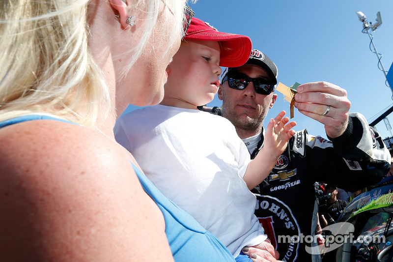 Race winner Kevin Harvick with his family in victory lane