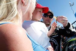 Ganador de la Carrera Kevin Harvick con su familia en línea de la victoria