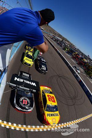 Start: Kevin Harvick, Stewart-Haas Racing Chevrolet and Joey Logano, Team Penske Ford lead