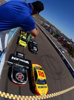 起步: Kevin Harvick, Stewart-Haas雪佛兰车队;和Joey Logano,Penske福特车队;处于领先位置