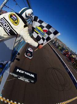 Kevin Harvick, Stewart-Haas Racing Chevrolet lleva la victoria