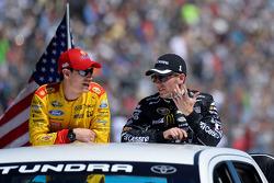 Joey Logano, Team Penske Ford, Jamie McMurray, Ganassi Racing Chevrolet
