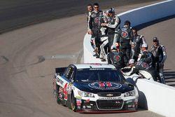 Race winner Kevin Harvick, Stewart-Haas Racing Chevrolet celebrates