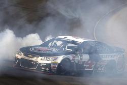 Ganador de la Carrera Kevin Harvick, Stewart-Haas Racing Chevrolet celebra