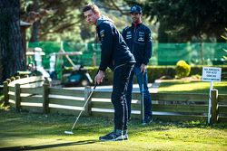 Daniel Ricciardo, Red Bull Racing plays golf with Daniil Kvyat, Red Bull Racing