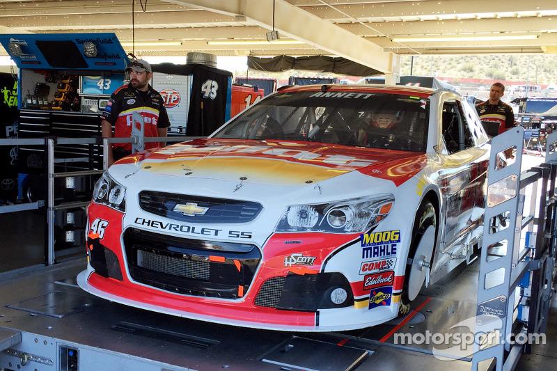 El auto de Michael Annett, HScott Motorsports Chevrolet pasa a través de la inspección