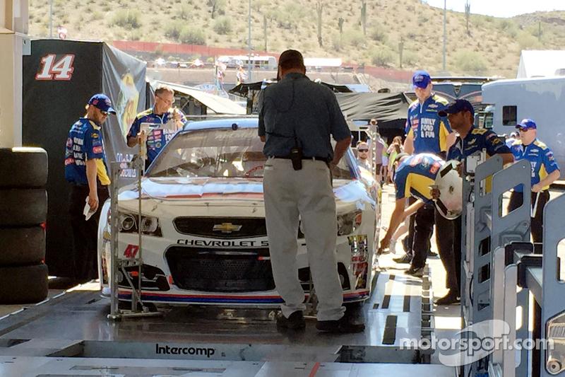 El auto de A.J. Allmendinger, JTG Daugherty Racing Chevrolet pasa a través de la inspección
