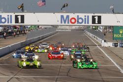 起步: #57 Krohn Racing Ligier JS P2 Judd: Tracy Krohn, Olivier Pla, Nic Jonsson leads