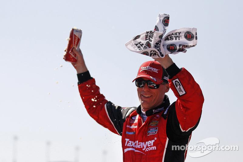 Juara balapan Kevin Harvick, JR Motorsports Chevrolet merayakans