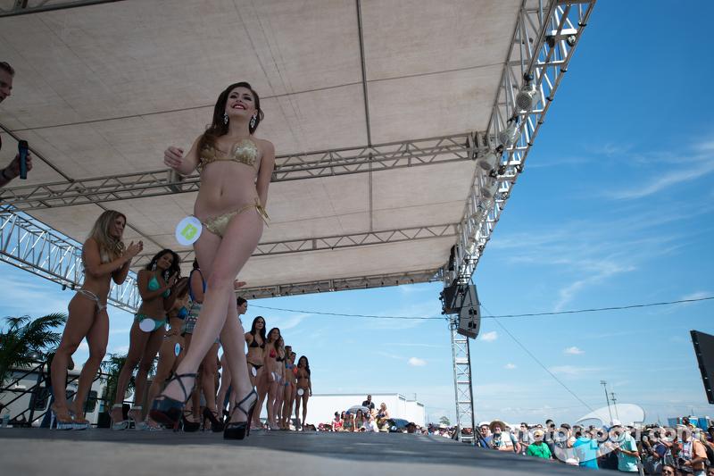 Lovely contestants di famous Sebring Bikini Contest