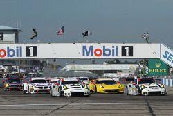 GT start: #911 Porsche Team North America Porsche 911 RSR: Nick Tandy, Richard Lietz, Patrick Pilet,
