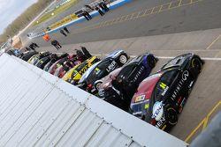 Los autos de BTCC abajo en la calle de boxes