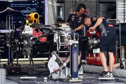 La Red Bull Racing RB11 viene preparata nei box
