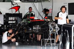 McLaren MP4-30 preparata nella zona box
