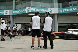 (L to R): Фернандо Алонсо, McLaren with Андреа Стелла, гоночным инжинером McLaren