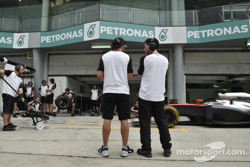 (De izquierda a derecha): Fernando Alonso, McLaren con Andrea Stella, ingeniero de carrera de McLare