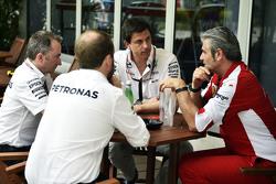 Слева направо: исполнительный директор Mercedes AMG F1 Пэддди Лоу, исполнительный директор и совладе