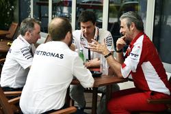 (L to R): Падді Лоу, Mercedes AMG F1 Виконавчий директор, з Тото Вольф, Виконавчий директор Mercedes