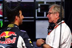 Пилот Red Bull Racing Даниэль Риккардо с консультантом Red Bull Хельмутом Марко