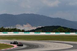 Пилот Scuderia Toro Rosso Макс Ферстаппен, и гонщик Sahara Force India Серхио Перес