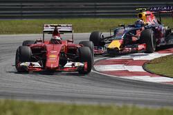 Кими Райкконен на Ferrari SF15-T впереди Даниила Квята на Red Bull Racing RB11