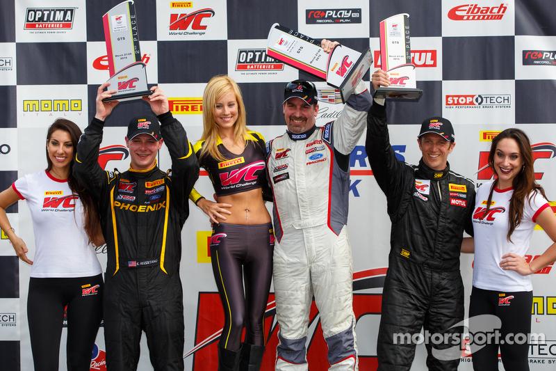Podium de la carrera 1 en GTS: Segundo lugar Kurt Rezzetano, el ganador, Dean Marting y el tercer lugar Spencer Pumpelly