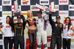 منصة تتويج السباق الأول جي.تي.أس: في المركز الثاني كورت ريتزيتانو، الفائز دين مارتنغ وفي المركز الثا