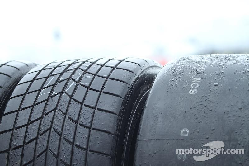 Rain tires та slick tires