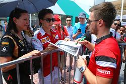 Will Stevens, Manor F1 Team, zet handtekeningen voor de fans