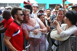 Will Stevens, Manor F1 Team, met fans