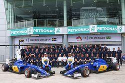 Marcus Ericsson, Sauber C34 with team mate Felipe Nasr, Sauber F1 Team at a team photograph