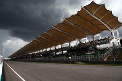 Nubes negras sobre el circuito