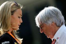 Кармен Хорда, пилот по разработке Lotus F1 Team и Берни Экклстоун