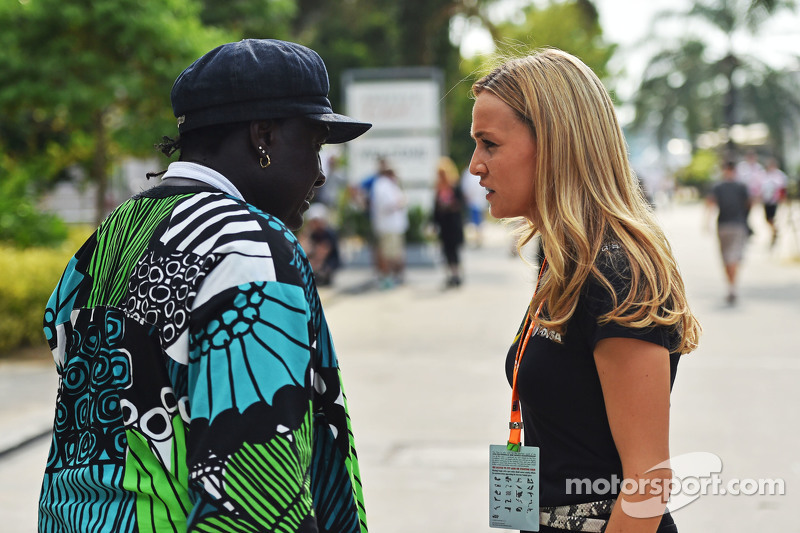 (Kiri ke Kanan): Mr Moko, Crown Hearts Jewelry dengan Carmen Jorda, Lotus F1 Team Development Driver