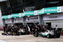 Mercedes AMG F1 W06 Нико Росберга и Льюиса Хэмилтона на пит-лейн