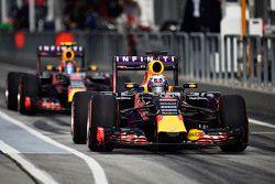 Даниэль Риккардо Red Bull Racing RB11 и его сокомандник Даниил Квят Red Bull Racing RB11