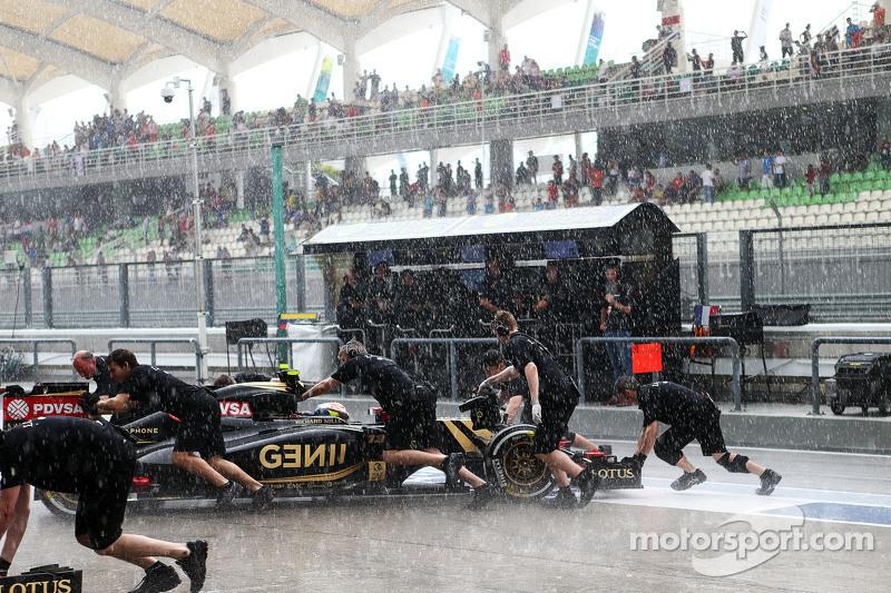 Pastor Maldonado, Lotus F1 E23, wird im zweiten Abschnitt der Qualifikation zurück in die Box gescho