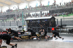 Pastor Maldonado, Lotus F1 E23 pushed back in the pits as the rain falls in the second part of qualifying