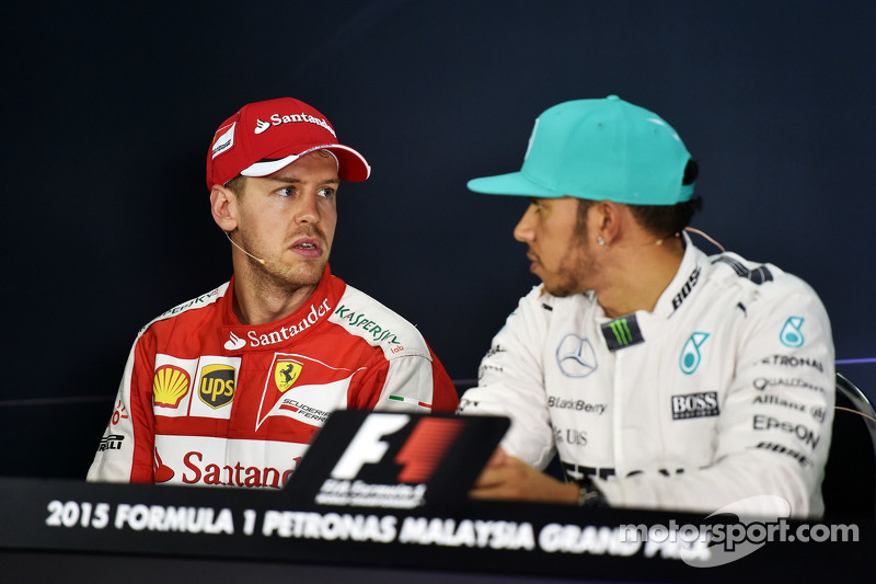 (De izquierda a derecha): Sebastian Vettel, Ferrari y Lewis Hamilton, Mercedes AMG F1 en la conferencia de prensa de la FIA