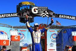 Racewinnaar Joey Logano, Brad Keselowski Racing Ford, viert feest